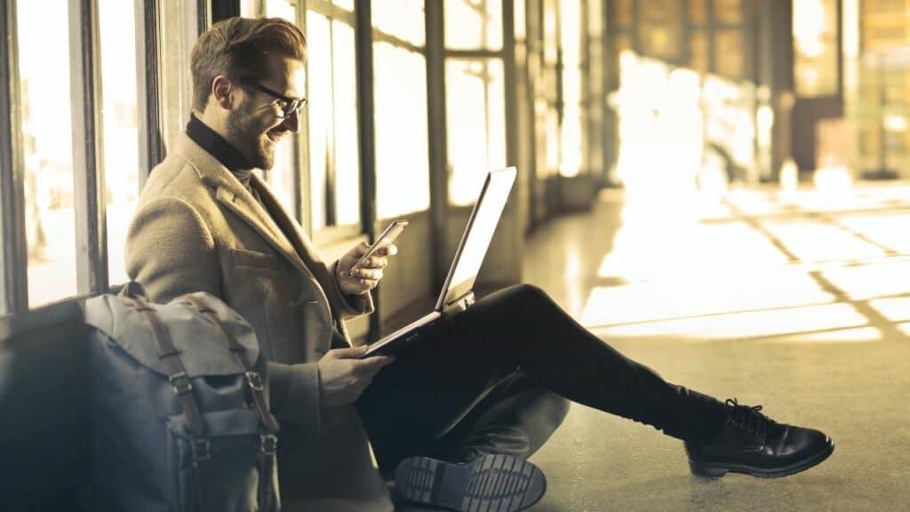 Uomo lavora al computer in viaggio